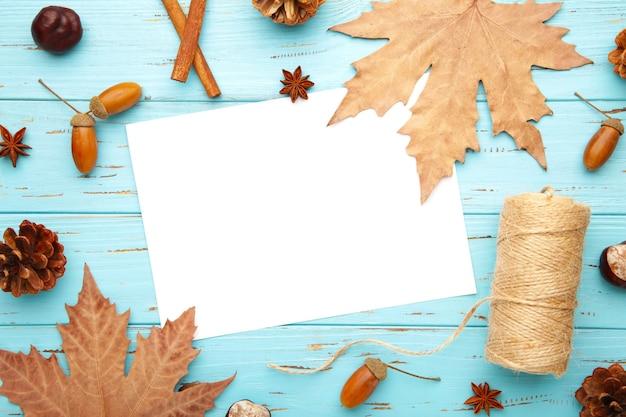 Composition d'automne, cadre en pommes de pin, glands et châtaignes. mise à plat