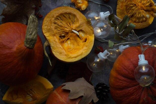 Composition d'automne citrouille orange sur une surface sombre
