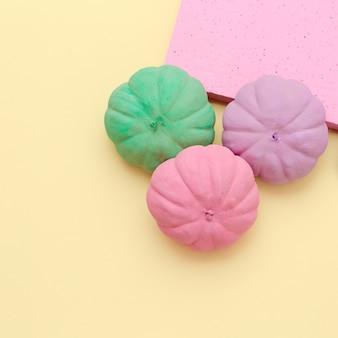 Composition d'automne de citrouilles peintes. art minimaliste des saisons d'automne à plat à la vanille