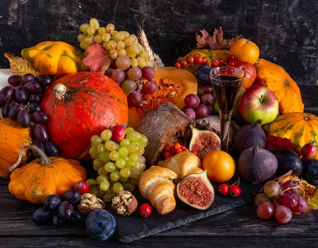 Composition d'automne concept de thanksgiving nature morte avec fruits citrouille légumes