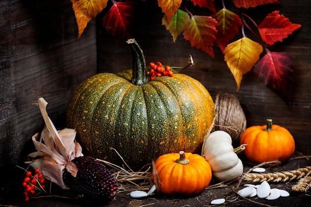 Composition d'automne dans une boîte en bois