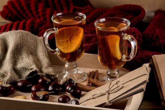 Composition d'automne avec du thé chaud sur une table en bois marron.