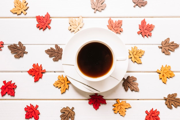 Composition d'automne avec des feuilles et une tasse de thé
