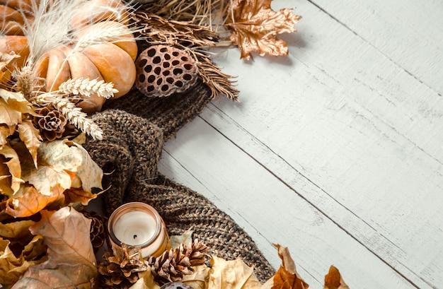 Composition d'automne avec des objets de décoration et des citrouilles
