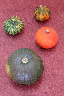 Composition d'automne à plat de diverses citrouilles sur fond de texture