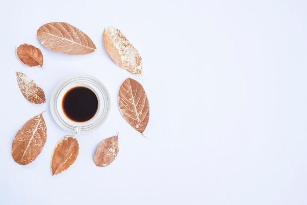 Composition d'automne. tasse de café, feuilles sèches sur fond blanc. automne, concept d'automne. mise à plat, vue de dessus, espace de copie