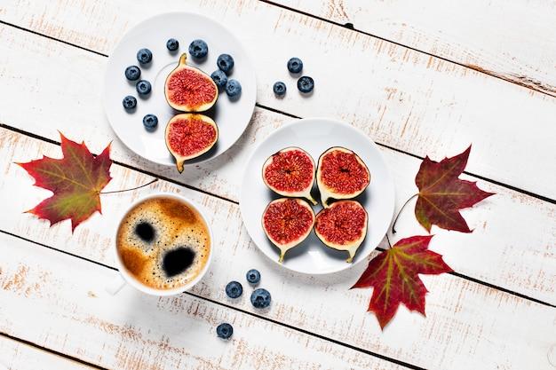 Composition d'automne. vue de dessus des figues, des bleuets, du café et d'autres articles d'automne.