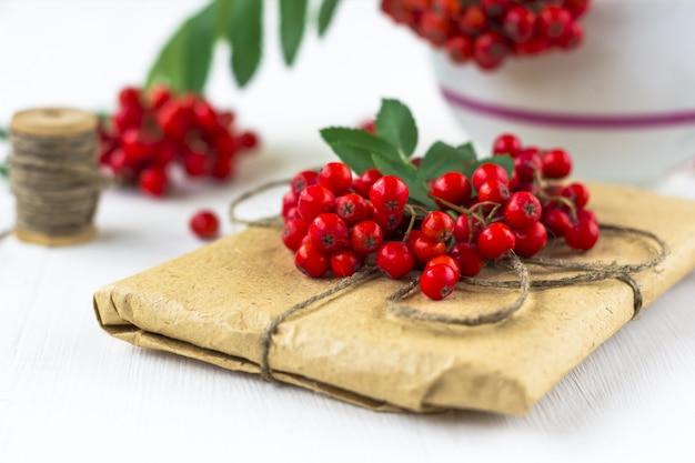 Composition de baies d'automne. bouquet de rowan (cendre de montagne), boîte-cadeau emballée