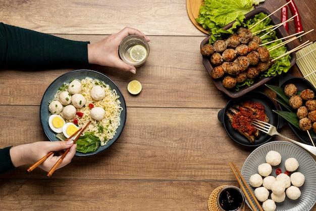 Composition de bakso indonésien délicieuse à plat