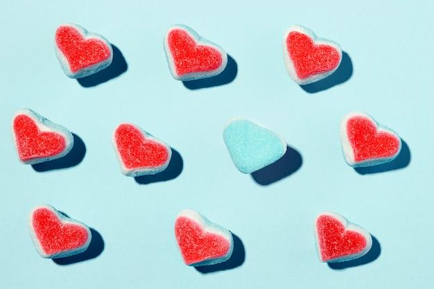 Composition de beaux coeurs sur bleu