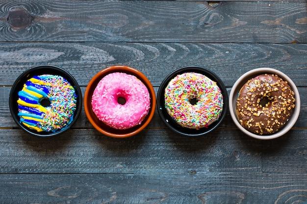 Composition de beignets colorés avec différents styles de couleurs