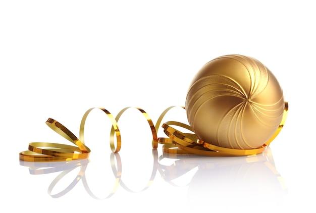 Composition de belle babiole et ruban doré sur fond blanc, vue rapprochée