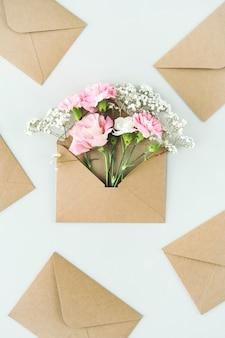 Composition avec de belles fleurs et enveloppes