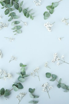 Composition avec de belles fleurs et feuilles