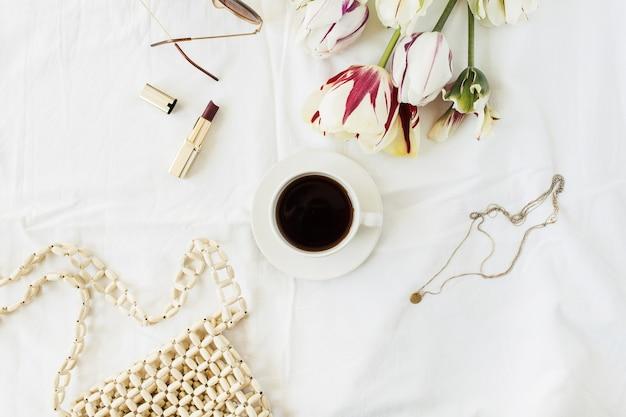 Composition de blog de beauté de mode. bouquet de fleurs de tulipe, tasse à café, accessoires