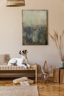 Composition bohème du salon avec meubles, peinture abstraite, décoration en rotin, étagère en bambou avec accessoires personnels élégants.