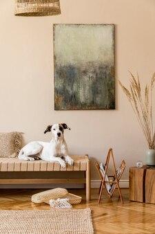 Composition bohème de salon avec meubles, peinture, décoration en rotin et accessoires personnels élégants. beau chien allongé sur la chaise longue. décoration de maison..