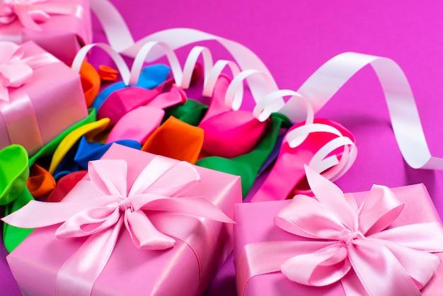 Composition de boîte décorative avec ballons gonflables en serpentin avec ruban de satin cadeau