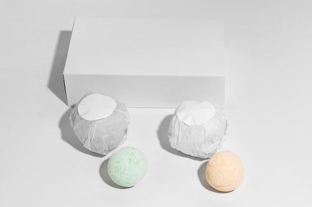 Composition de bombes de bain sur fond blanc