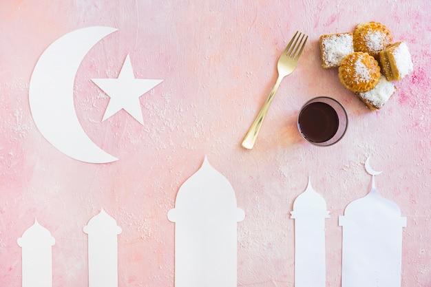 Composition avec des bonbons et la mosquée découpée
