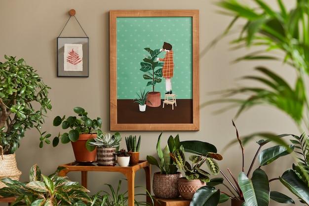 Composition botanique élégante de l'intérieur du jardin avec cadre en bois, remplie de belles plantes d'intérieur, de cactus, de plantes succulentes dans différents pots design et d'accessoires floraux.