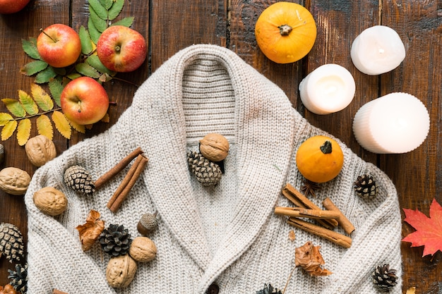 Composition de bougies allumées, pommes mûres et citrouilles