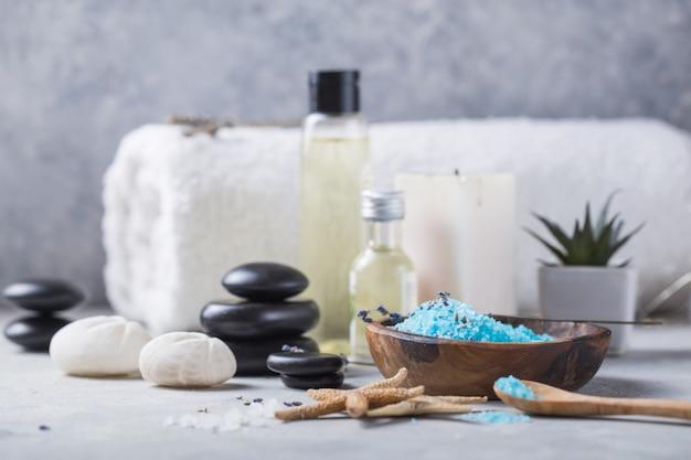 Composition avec bougies, pierres de spa et sel sur béton