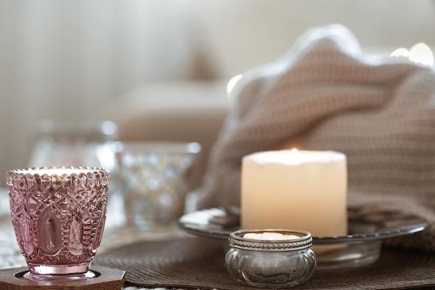 Composition avec des bougies sur la table dans le salon