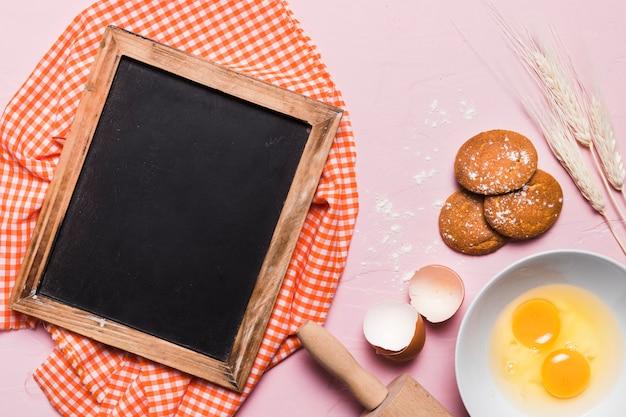 Composition de boulangerie à plat avec gabarit en ardoise