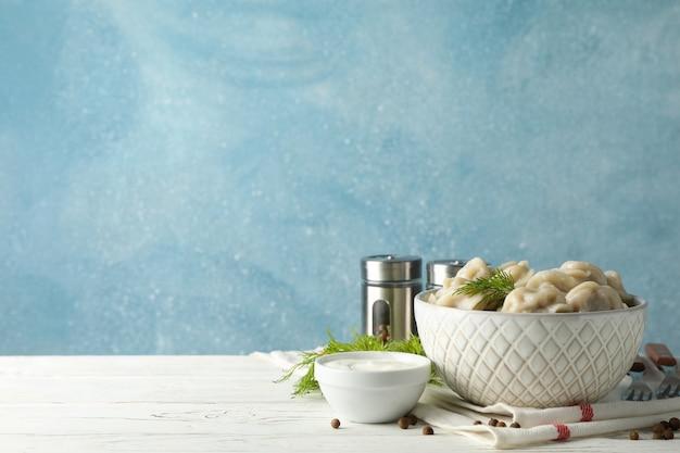 Composition avec boulettes et épices sur table en bois, espace pour le texte