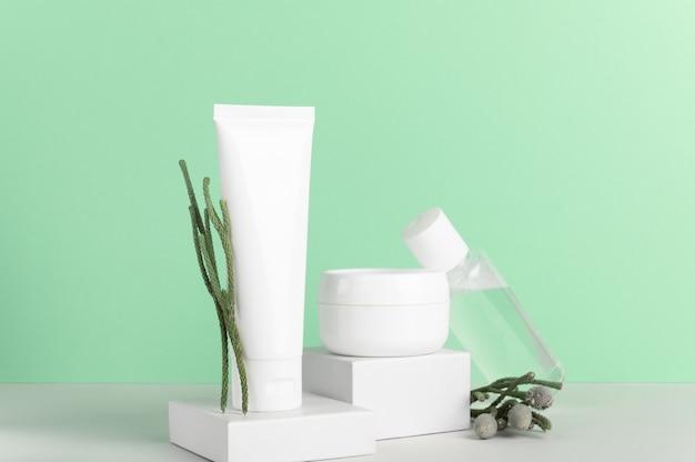 Composition de bouteilles sans marque en plastique blanc de cosmétiques naturels à base de plantes.