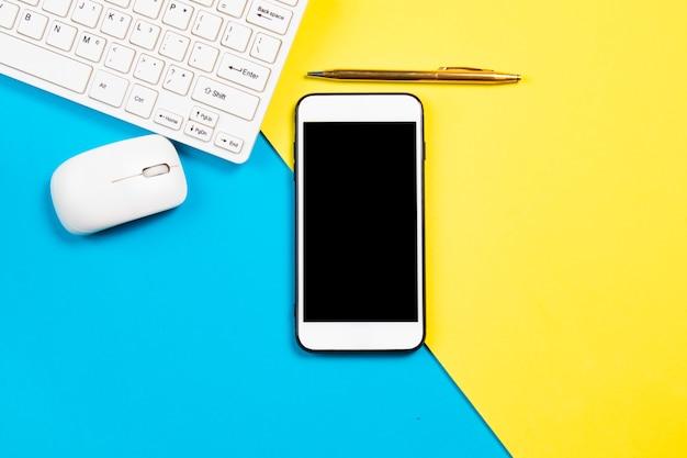 Composition de bureau d'affaires avec smartphone sur fond pastel