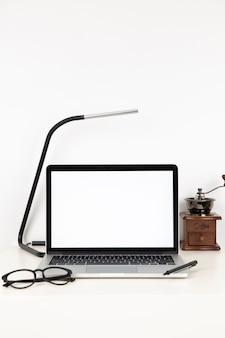 Composition de bureau avec écran d'ordinateur portable vide