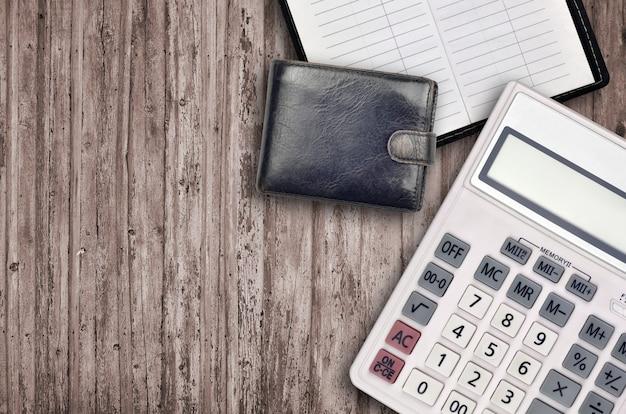 Composition de bureau à plat avec calculatrice, carnet d'adresses et sac à main noir