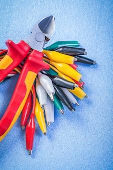 Composition de câble multicolore et pinces sur surface bleue
