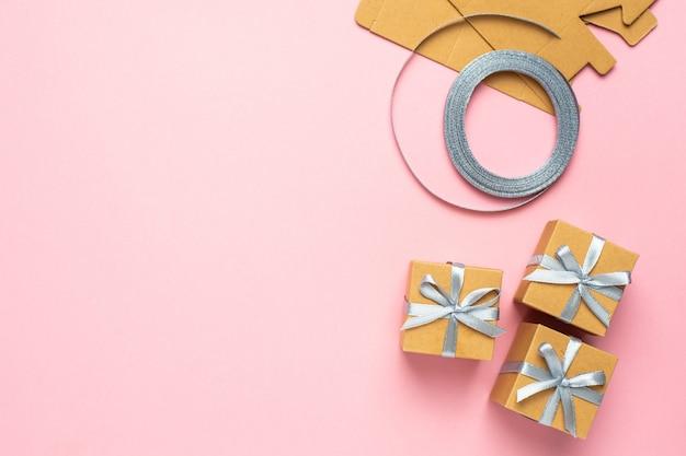Composition de cadeau dans la boîte pour anniversaire sur la vue de dessus de surface rose mock up