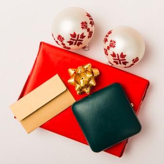 Composition de cadeau de noël et sac à main et enveloppe