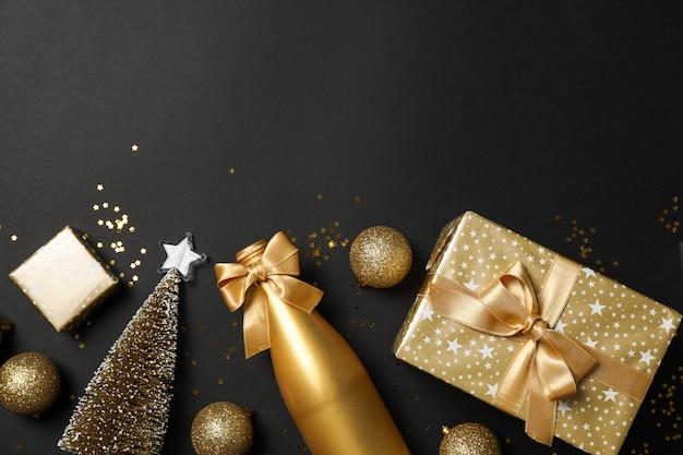 Composition avec des cadeaux et des accessoires de noël sur tableau noir