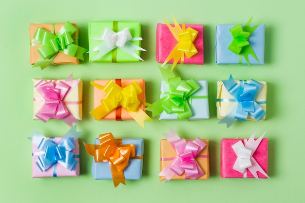 Composition de cadeaux colorés plats