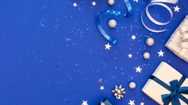 Composition de cadeaux emballés de fête avec espace copie