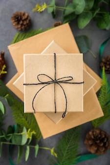 Composition de cadeaux emballés sur fond de ciment
