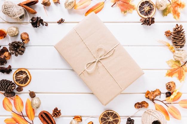 Composition de cadre automne avec un cadeau au milieu