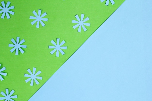 Composition d'un cadre de maquette avec des fleurs en papier d'artisanat