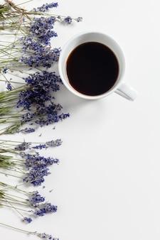 Composition de café avec des fleurs sur la table