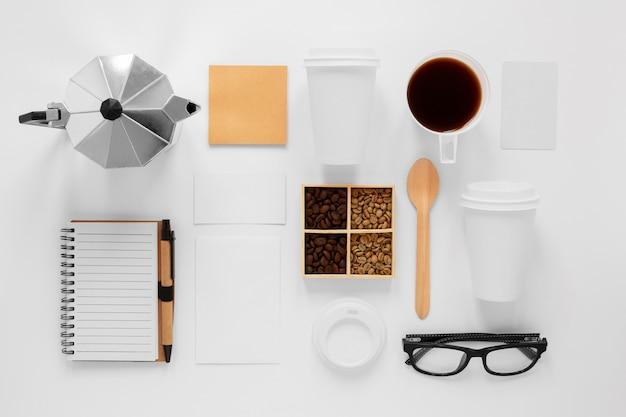 Composition de café sur fond blanc