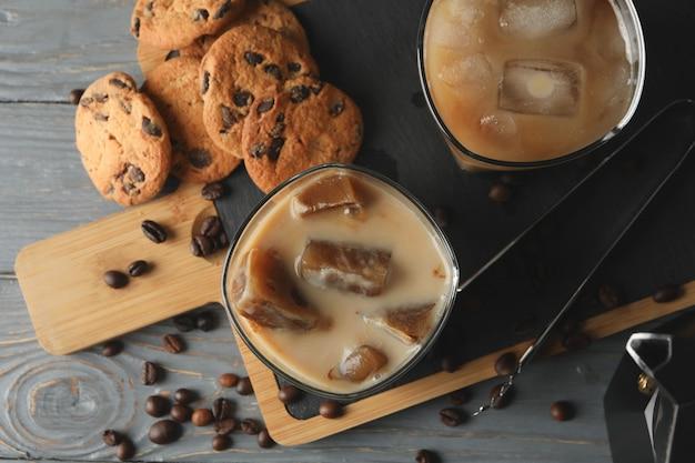 Composition avec café glacé et biscuits sur fond de bois
