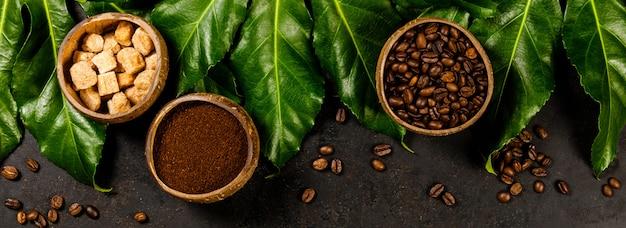 Composition de café sur sombre rustique, mise à plat, vue de dessus
