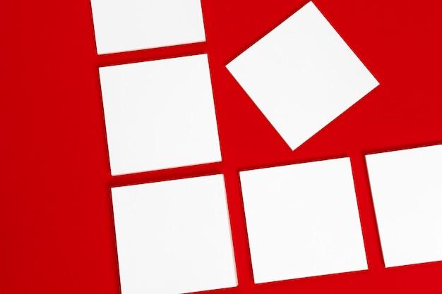 Composition de cartes carrées vierges