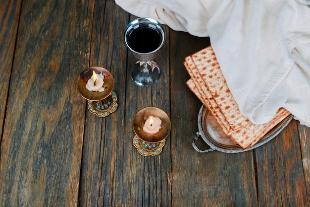 Composition de la cérémonie du kiddouch du sabbat avec deux bougies