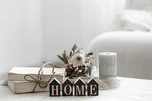Une composition chaleureuse avec des détails de la décoration intérieure et le mot décoratif home.